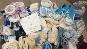 Presidenttiparin lahjoittamia villasukkia ja -tossuja.