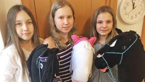 Kolme tyttöä, Lamminpään koulun oppilaat Milja Penninkangas, Sini Siikakoski ja Saga Haataja ja keppihevoset Starlight, Lady ja Luna.