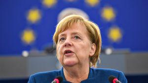 Saksan liittokansleri Angela Merkel puhuu Euroopan parlamentissa.