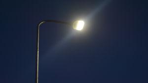 Led-lampulla varustettu katuvalo.