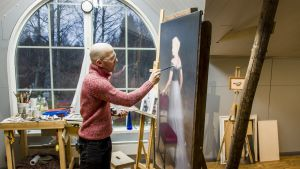 Sampo Kaikkonen maalaa muotokuvaa