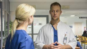 Lääkäri keskustele hoitajan kanssa.