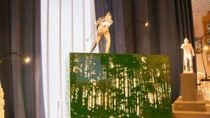 Juha Mieto -veistoskilpailun voittajatyö on kuvanveistäjä Pekka Jylhän Legenda. Veistoksella on korkeutta kaikkiaan noin neljä metriä.
