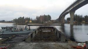 Jännevirran vanhaa siltaa puretaan uuden sillan vieressä.