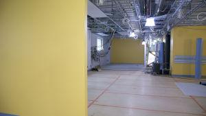 Uusi sairaala on saanut jo väriä sisäseiniin.