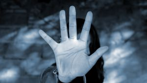 käsi torjuu