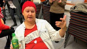 Leena Vesala ja itse tuunattu t-paita.