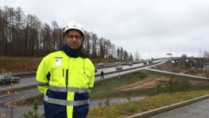 Liikenneviraston projektipäällikkö Hannu Nurmi ja Laitaatsalmen siltakokonaisuus