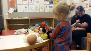 Tyttö leikkii neuvolan odotushuoneessa Hämeenlinnassa