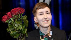 Eeva Turunen ruusujen kanssa palkitsemistilaisuudessa  Helsingissä.
