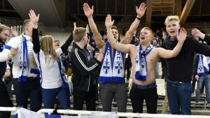Suomen kannattajia Ateenassa.