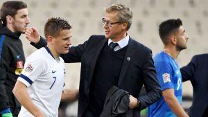 Suomen päävalmentaja Markku Kanerva kiittää pelaajia.
