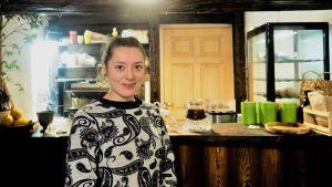Ariadna Golubenko pitää Tallinnassa luontaistuotekauppaa.