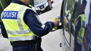 Poliisi puhalluttaa