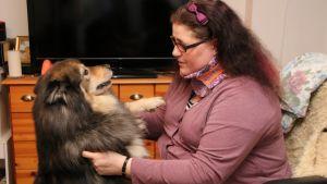 Anne Repo koiransa kanssa