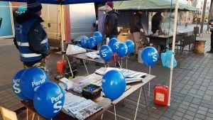 Lapin perussuomalaisten vaalikampanjan avaus ja kojuja Lordin aukiolla Rovaniemellä