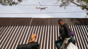 Siirtolaisia Yhdysvaltain ja Meksikon välisellä raja-aidalla