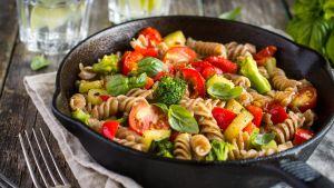 Täysjyväpastaa vihanneksien kanssa