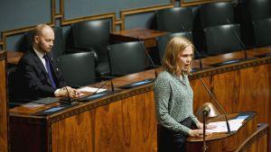 Eurooppa-, kulttuuri- ja urheiluministeri Sampo Terho kuuntelee keskustan kansanedustaja Hanna Kososen puhetta eduskunnan täysistunnossa Helsingissä 20. marraskuuta.