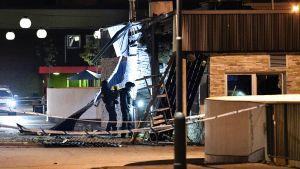 Poliisin pommiryhmä tutkii tapahtumapaikkaa.