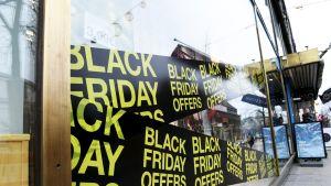 Black Friday -mainoksia Clas Ohlsonin myymälän ikkunassa Mannerheimintiellä Helsingissä.