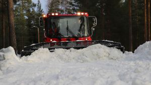 Kone puskee lunta