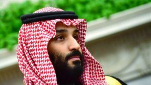 Mohammed bin Salman perinteisessä saudiasussa.