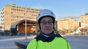 Kaupungininsinööri Ari Varonen Joensuun torilla.