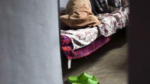 Anonyymi nuori nainen makaa sängyssä