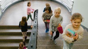 Oppilaita koulun käytävällä.