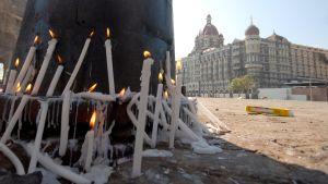 Terroristi-iskussa kuolleiden muistoksi sytytettyjä kynttilöitä.