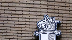 Poliisin logo talon seinässä.