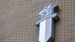 Poliisin logo Turun pääpoliisilaitoksen seinässä.