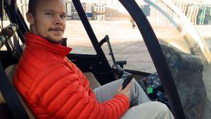 Lentäjä helikopterin ohjaamossa.