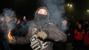 Ihmiset osoittivat mieltään Venäjän suurlähetystön edustalla Kiovassa sunnuntaina.