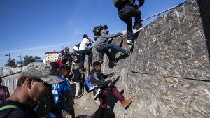 Siirtolaisia Meksikon ja Yhdysvaltojen rajalla Tijuanassa 25. marraskuuta.