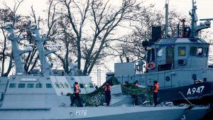 Tykkivene Nikopol ja hinaaja Yany Kapu Kertšin satamassa Ukrainassa.