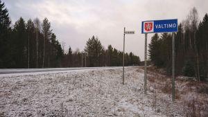 Valtimon kunnan rajakyltti 6-tiellä Nurmeksen suunnasta.