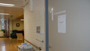 Potilashuoneen ovi Tunkkarin terveyskeskuksessa.