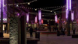 Violetinsävyisiä valoja Kouvolan kävelykadulla.