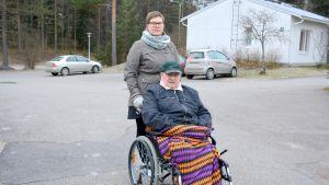Henkilökohtainen avustaja Teresa Paaso-Rantala ja avustettava Aulis Arveli