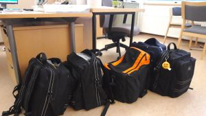 Kotisairaalan sairaanhoitajien varustelaukut valmiina lähtöön Tunkkarin terveyskeskuksessa.