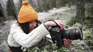 Julia Kivelä kuvaa metsää.