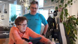 Anneli Rakkolainen ja Pekka Nokso ottivat käyttöön Kurikan kaupungin tarjoamat palveluliikuntasetelit ikäihmisille. Molemmat harjoittelevat kuntosalilla ainakin pari kertaa viikossa.