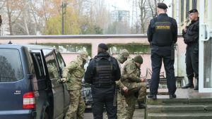 Venäjän kiinniottamia ukrainalaismerimiehiä kuljetettiin  oikeustalolle Simferopolissa Krimin niemimaalla 27. marraskuuta 2018.