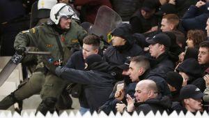 Ajaxin kannattajat ottivat yhteen poliisien kanssa AEK Ateena-ottelun katsomossa