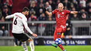 Kuvassa Benfican Ruben Dias (vas.) ja Bayernin Arjen Robben