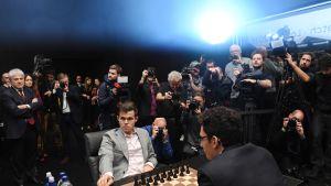 Magnus Carlsen ja Fabiano Caruana Lontoon maailmanmestaruuspöydän ääressä.