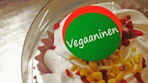Muffinsirasian päälle on liimattu vihreä tarra, joka kertoo tuotteen olevan vegaaninen.