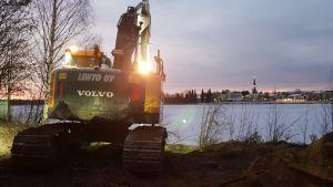 Jätevesivuotoa korjataan Rovaniemen Katajarannalla.
